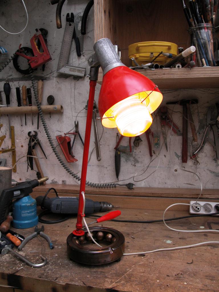 lampe d'atelier et établis