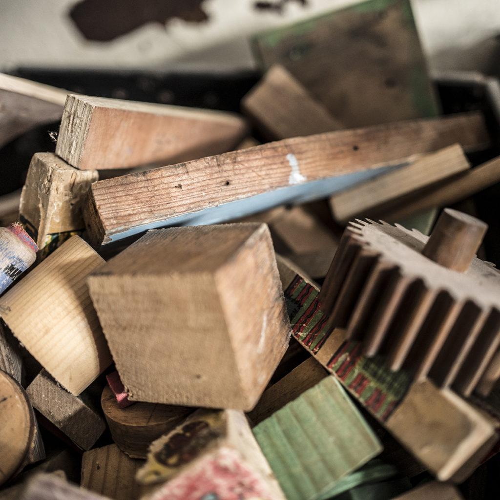 morceaux de bois, engrenage, cubes .