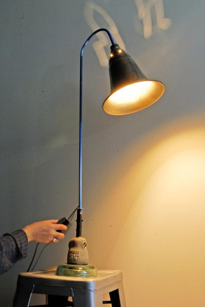 lampe de table allumée fait avec de la recupération